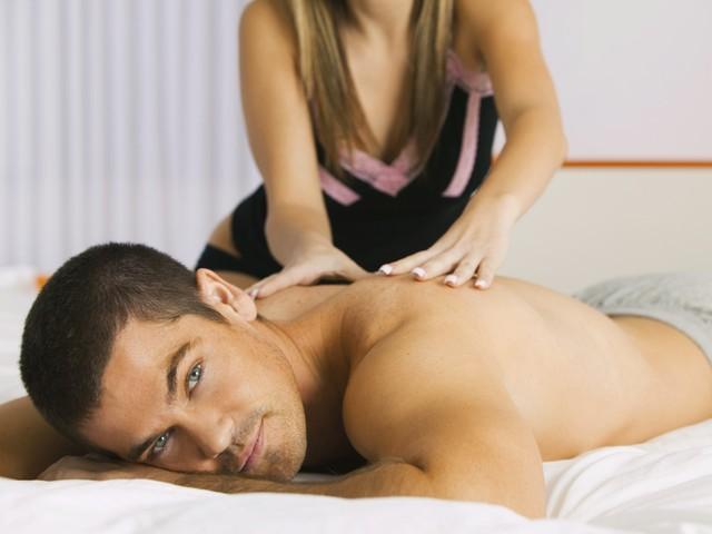 Девушка сделала массаж мужчине