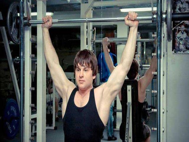 Тренировка плеч в тренажере Смита