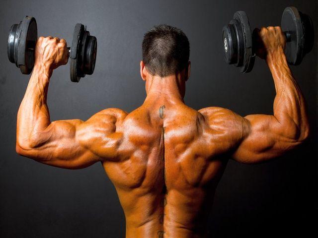 Тренировка трапециевидной мышцы гантелями