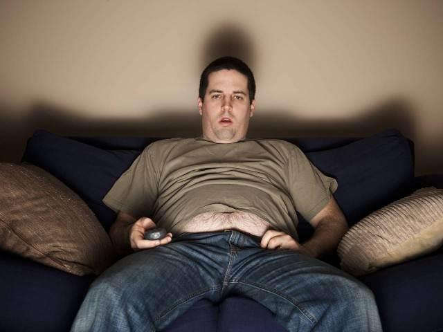 Сидит пред телевизором