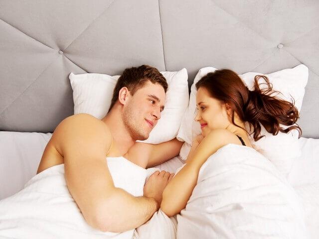 Пара лежит в кровате