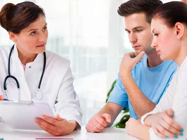 Парень и девушка у врача