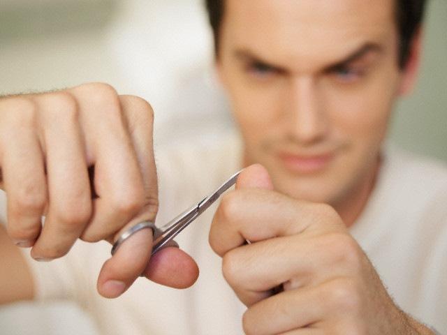 Мужчина с ножницами