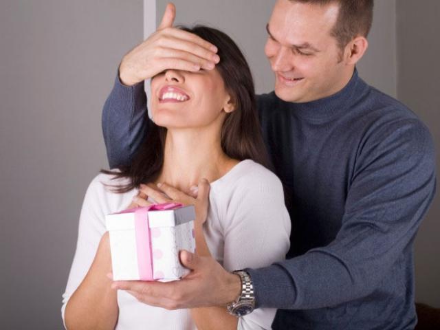 Парень дарит подарок