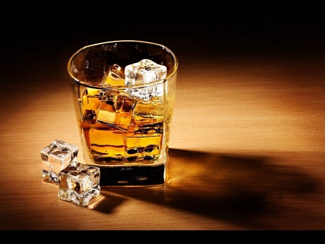 Стакан виски со льдом