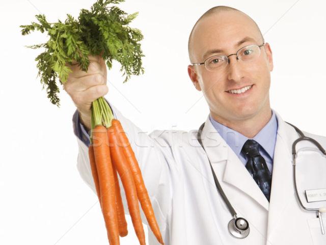 Морковь в руках врача